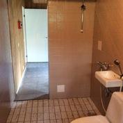 Kylpyhuonesta käynti takkahuoneeseen