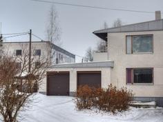Talon sisäpiha ja autotallit - yläpuolella asunnon parveke
