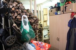 Varasto, saunapuut jäävät kaapiston taakse. Varastoon mahtuu koko vuoden puut.