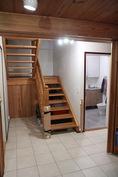 Takkahuoneesta näkymä portaikkoon ja kodinhoitohuoneeseen