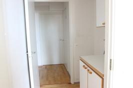 """""""Kodinhoitohuone"""" pesukoneliitännällä"""