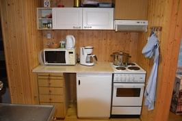 vanhemman mökin keittiö, mikroaaltouuni, liesi+, liesituuletin, kahvinkeitin, vedenkeitin