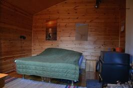 makuutila uudemmassa mökissä, puulämmitys