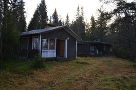 Sähköistetyt mökit, uudempi mökki majoitustilana+sauna ja vanhempi toimii keittiönä+varastona