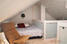 Yläökerran makuutila ja olohuoneen katon tähtitaivas