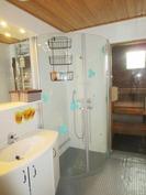 Suihkunurkkaus kääntyvin ovin ja sauna
