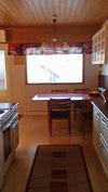 Näkymä keittiöstä ruokailutilaan