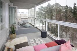 Huoneistolla upea n. 25 m2 lasitettu parveke