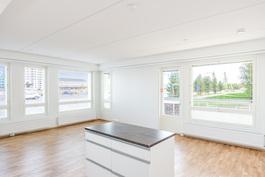 Keittiö ja olohuone yhtenäistä tilaa