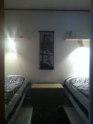 Makuualkovissa kaksi sänkyä, kerrossängyillä tilaa jopa 4 hengelle