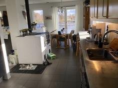 Kuva keittiöstä ruokailutilaa kohti, kuvassa myös varaava leivinuuni.
