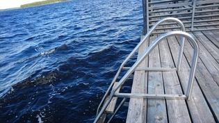 laituriterassin portaita turvallisesti veteen