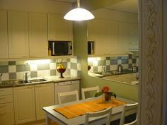 Kiva keittiö ja iso peili