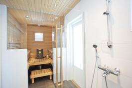 Valoisa sauna ja 2 suihkua