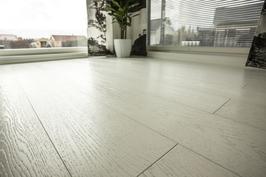 Timberwise- tammiparketti ja olohuoneen lattiaan asti ulottuvat superlasit.