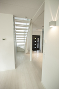 Valo pääsee virtaamaan läpi talon sekä ala- että yläkerrassa.