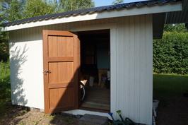 Talon vieressä erillinen varastorakennus työkaluille ja puutarhanhoitovälineille.