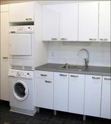 Kodinhoitohuoneesta löytyy mm. pesutorni ja kuivauskaappi.