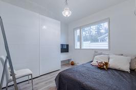 Tilava ja valoisa huone 1