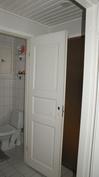 Kodinhoitohuoneen yhteydessä erillinen wc