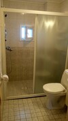 Erillinen wc ja suihku, ulko-oven läheisyydessä