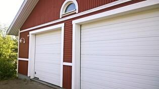 Varastorakennuksen autohallin nosto-ovet