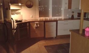 keittiö runsailla keittiötasoilla
