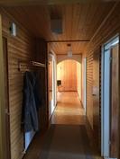 Talon läpikulkeva käytävä toimii tilanjakana.