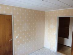 Keskimmäisen makuuhuoneen yhteydessä on tilava vaatehuone.