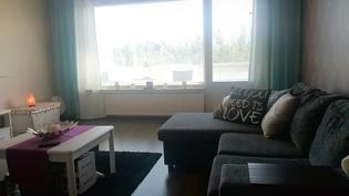 Olohuone, josta käynti tilavalle lasitetulle parvekkeelle