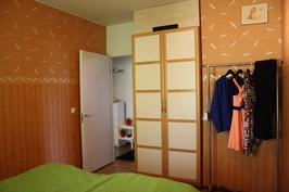 Makuuhuone 1, isompi, kiinteä vaatekaappi