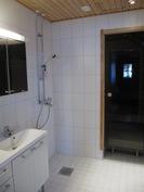 Pesuhuone ennen suihkukaapin asennusta