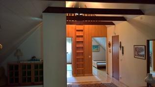 Vanhan osan yläkertanäkymä parvelle+makuhuoneisiin