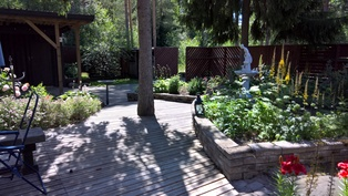 Näkymä puutarhaan terassilta