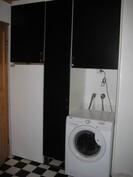 Kodinhoitohuone, jossa tila pesukonneelle, ilmanvaihtolaite sekä tilava lämminvesivaraaja.