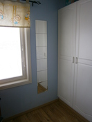 makuuhuone, vaatekaapistosta osa näkyvissä
