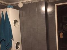 Vas. näkyy pyykkikaappi kylpyhuoneessa