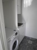 Tilat pesukoneelle ja kuivurille, lisäksi allas laatikostoineen ja kaappeineen