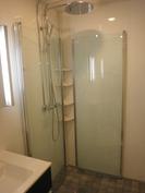 Suihkuovet saa taitettua sisään, mikä antaa hyvin tilaa pesuhuoneeseen
