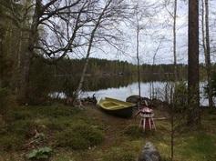 Näkymä venerannasta järvelle.