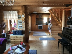 Olohuone ja näkymä keittiöön