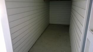 ulko-oven edessä oleva varastotila