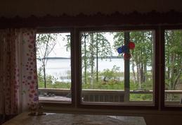Näkymä mökin ikkunasta