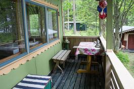 Mökin terassille mahtuvat hyvin pöytä ja istuimet