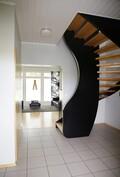Pääeteinen, portaat yläkertaan