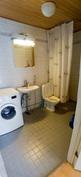 Kylpyhuone eteisestä
