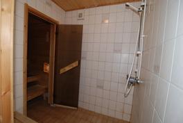 Päätalon kylpyhuone ja sauna
