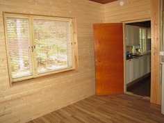 Makuuhuone keittiön oven suuntaan