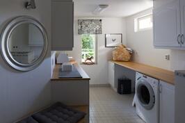 Hulppeankokoisessa kodinhoitohuoneessa on reilusti tilaa, paljon säilytyskaappeja ja kuraeteinen.