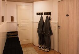 Alakerran pukuhuoneessa on reilusti tilaa. Pukuhuoneen yhteydessä on myös erillinen wc.
